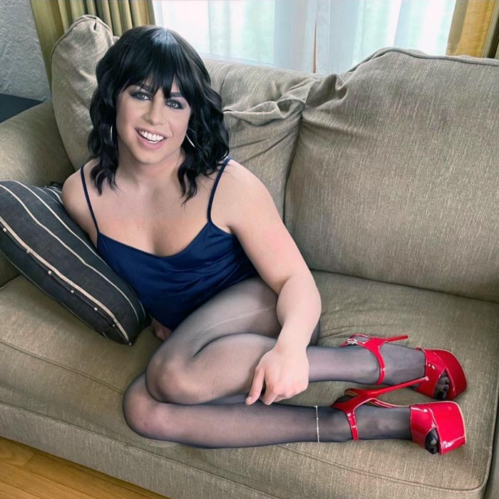 Jess crossdressing in pantyhose and heels