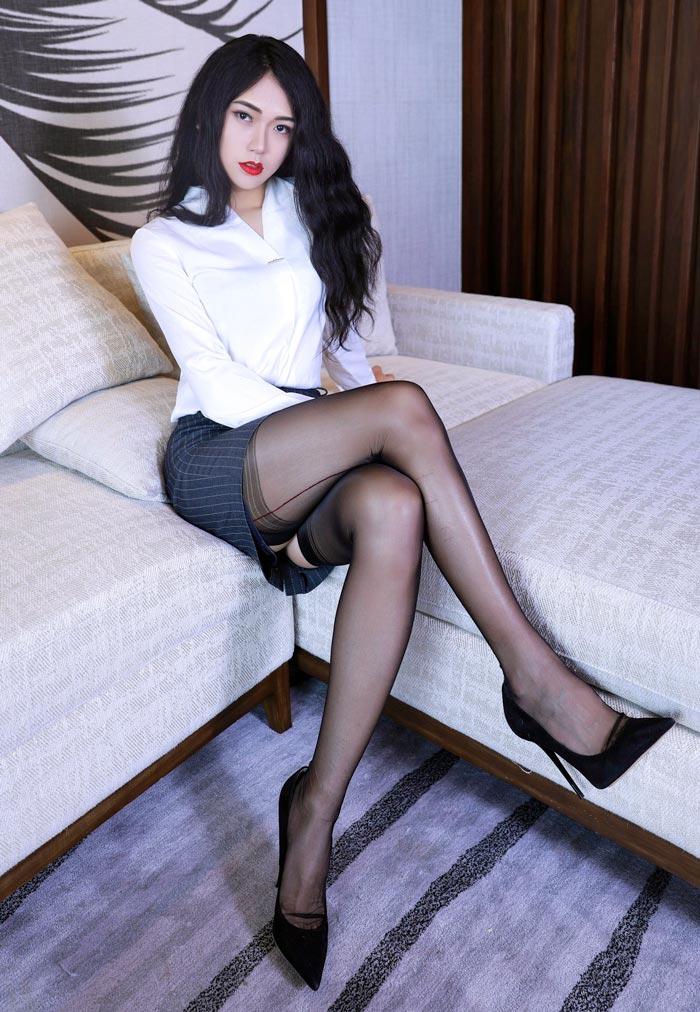 YQ-颖琪 crossdressing in skirt and heels