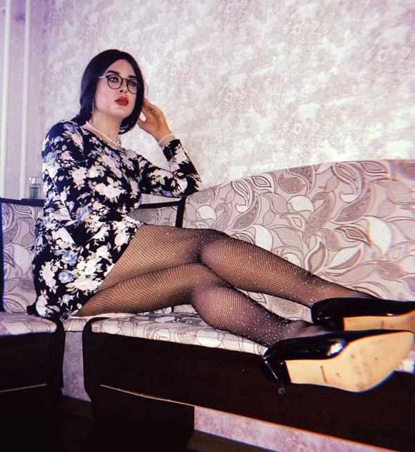 Kira Kreyter crossdressing in high heels