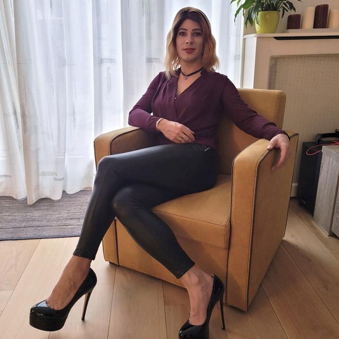 Crossdresser Victoria in leggings and heels